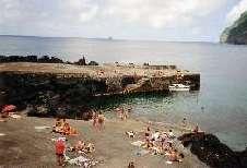 Häufig kann man in den alten, kleinen Fischerhäfen ausgezeichnet baden. Das Becken in Faja Grande auf Flores, Azoren, ist bei allen Bewohnern sehr beliebt.
