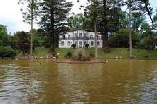 In einem der schönsten botanischen Parks Europas, dem Terra Nostra Park auf Sao Miguel/Azoren liegt das kleine Kurhaus Casa do Parque. Hier werden den Kurgästen zwei besonders geräumige, schöne Suiten mit Dachterasse angeboten.
