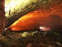 Im Innern der großen Caldeira von Graciosa/Azoren öffnet sich die Erde und gibt den Weg in die Furna do Enxofre frei. Diese Schwefelhöhle hat einen Durchmesser von ca. 130 m und liegt ungefähr 100 m unter der Erdoberfläche