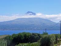 Der gleichnamige Berg Pico auf der Insel Pico ist mit 2351 Meter zugleich der höchste Berg Portugals, Pico/Azoren